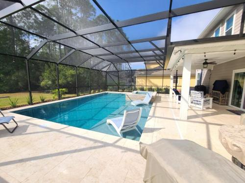 Pool and spa combo with sunshelf